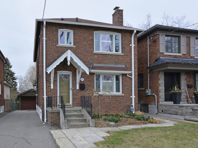 Detached home in desirable Leaside